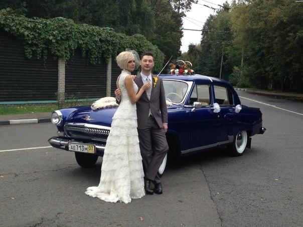 Свадьба на фоне синего Газ 21