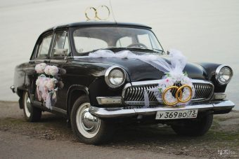 Черная Волга 21 украшенная к свадьбе