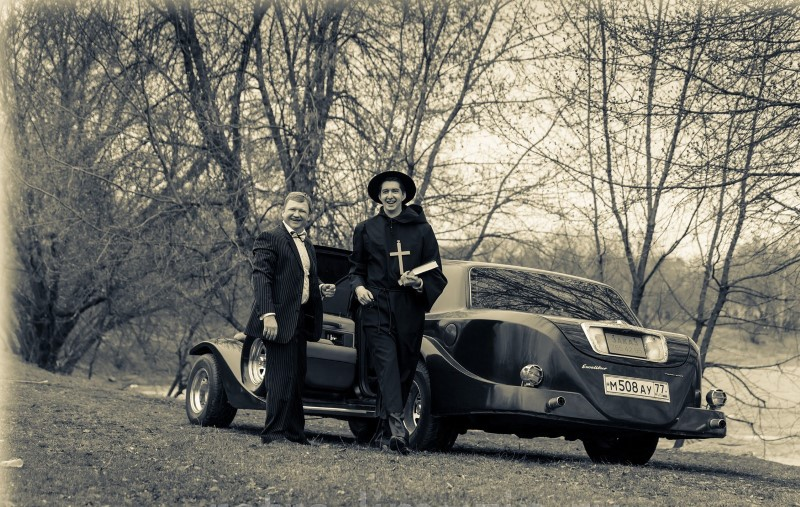 Кадр из фильма с ретро автомобилем